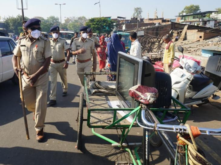પોલીસકર્મીઓ શુક્રવારી બંધ કરાવવા પહોંચ્યા હતા - Divya Bhaskar