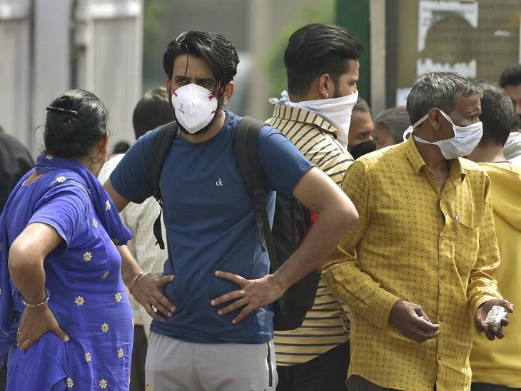 દિલ્હીમાં એમ્સની બહાર દર્દીના પરિવારો માસ્ક લગાવેલા દેખાય છે - Divya Bhaskar