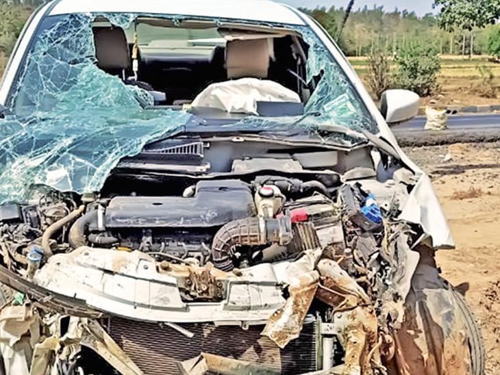 અકસ્માતમાં કારના આગળના ભાગનો કચ્ચરઘાણ નીકળી ગયો હતો. - Divya Bhaskar