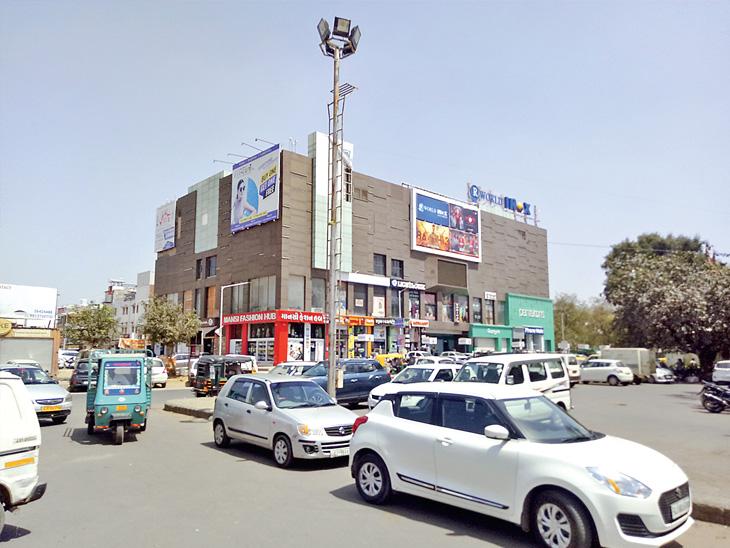 કોરોના વાયરસના સંક્રમણને રોકવા માટે ગાંધીનગર મહાનગરપાલિકા દ્વારા શટડાઉનનો આદેશ કર્યો છે. જેને પગલે શહેરના સેક્ટર-21 માર્કેટમાં પોલીસ દ્વારા દુકાનો બંધ કરાવી હતી - Divya Bhaskar