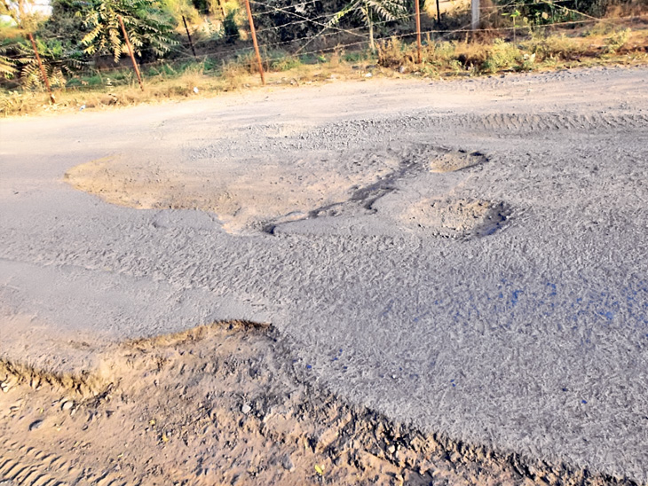 ઉવારસદથી શેરથાને જોડતો બિસ્માર રસ્તો - Divya Bhaskar