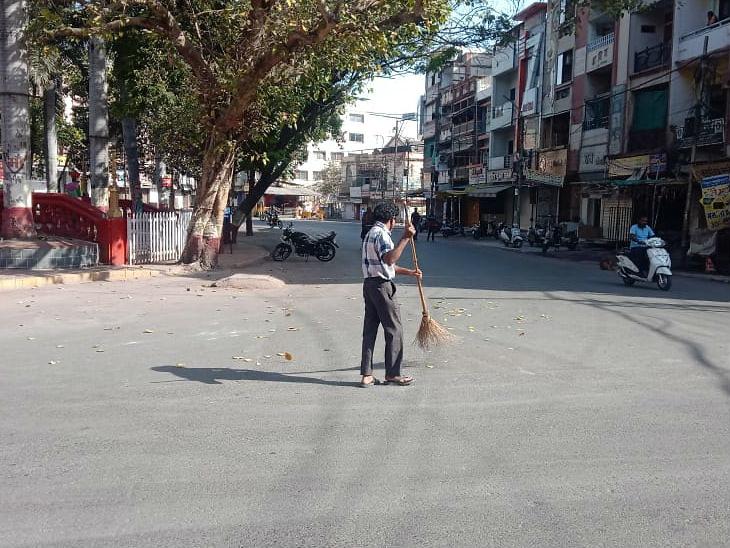 ઈન્દૌરમાં રાજબાડાની સામે સફાઈ કરતા કર્મચારી - Divya Bhaskar