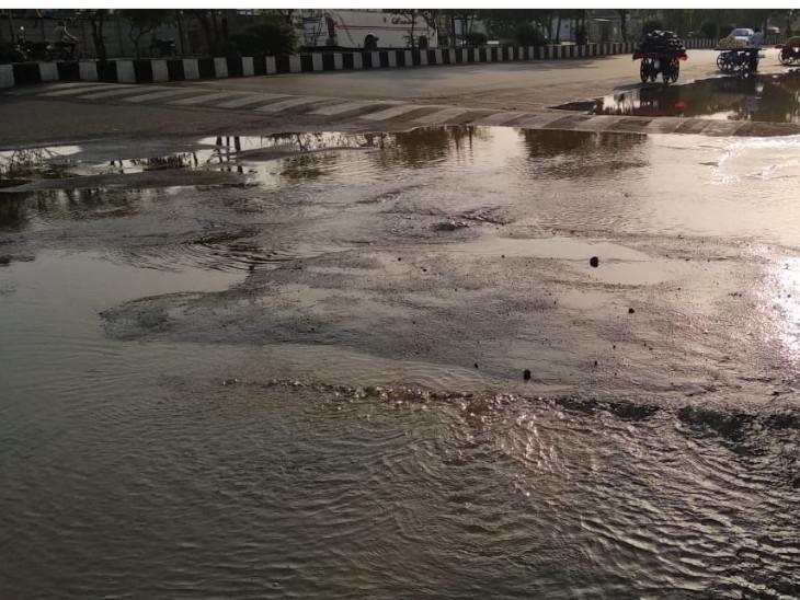 પાણી રસ્તા પર પાઈપ તૂટતા વહેવા લાગ્યું હતું. - Divya Bhaskar