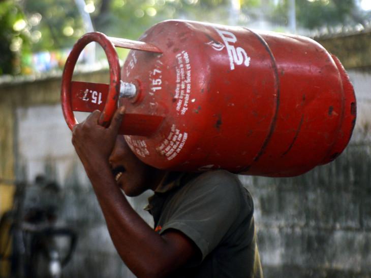 ઉજજ્વલા યોજના હેઠળ લાભાર્થીને ત્રણ મહિના માટે ગેસ સિલિન્ડર વિના મુલ્યે કેન્દ્ર સરકારે આપ્યા છે - Divya Bhaskar