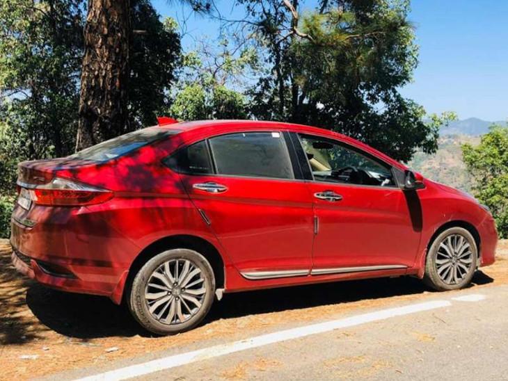 વસ્ત્રાપુરના એઈસી ગ્રાઉન્ડમાં ઝાડ નીચે કારમાં અંગત પળ માણતું કપલ પકડાયું અમદાવાદ,Ahmedabad - Divya Bhaskar