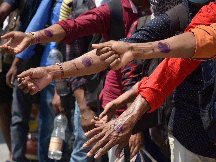 બેંગલુરુમાં પટનાથી પાછા આવેલા મજૂરો તેમની હાથ પર લાગેલી ક્વૉરન્ટીન સીલ કરતા જોવા મળ્યા હતા. બીજા રાજ્યોમાં અથવા શહેરથી પાછા રહેલા લોકોને 21 દિવસ ક્વૉરન્ટીનમાં રાખવામાં આવશે.