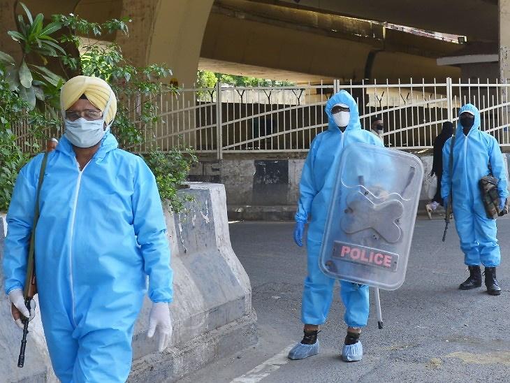 તસવીર 22 એપ્રિલના રોજ દિલ્હીમાં લેવામાં આવી હતી. લોકડાઉન વચ્ચે ITBPના જવાન પ્રોટેક્ટિવ સૂટ પહેરી પેટ્રોલિંગ પર નિકળ્યા હતા - Divya Bhaskar
