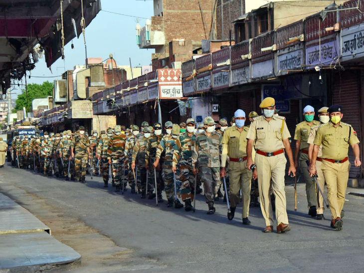 જયપુરના ઈન્દિરા બજારમાં પોલીસ ફ્લેગ માર્ચ કરી રહી છે. આ શહેરમાં સંક્રમણ પર કાબૂ નથી થઈ રહ્યો. અહીંયા ગુરુવારે પણ 21 દર્દીઓનો કોરોના રિપોર્ટ પોઝિટિવ આવ્યો હતો.