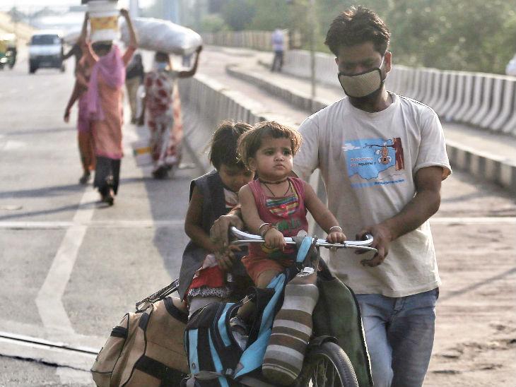 આ તસવીર દિલ્હીની છે. લોકડાઉનની સ્થિતિ વચ્ચે સરકાર શ્રમિકો માટે સ્પેશ્યલ ટ્રેન ચલાવી રહી છે ત્યારે કેટલાક લોકો તેમના પૈતૃક ગામ-શહેર આ રીતે જઈ રહ્યા છે