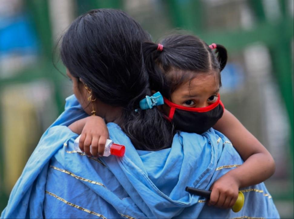 આ તસવીર દિલ્હીની છે. આ દીકરીના મોઢે માસ્ક અને હાથમાં સેનિટાઈઝર છે. એટલે માતાએ સંક્રમણ વચ્ચે તેની સુરક્ષા માટે પૂરેપૂરી વ્યવસ્થા કરી છે.