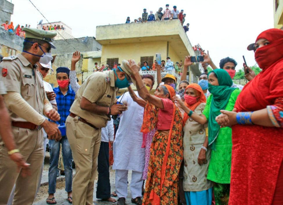 જયપુરમાં ફ્લેગ માર્ચ નિકાળતા પોલિસકર્મીઓને મહિલાઓએ આશીર્વાદ આપ્યા હતા. અહીં 1200થી વધુ કેસ નોંધાયા છે.