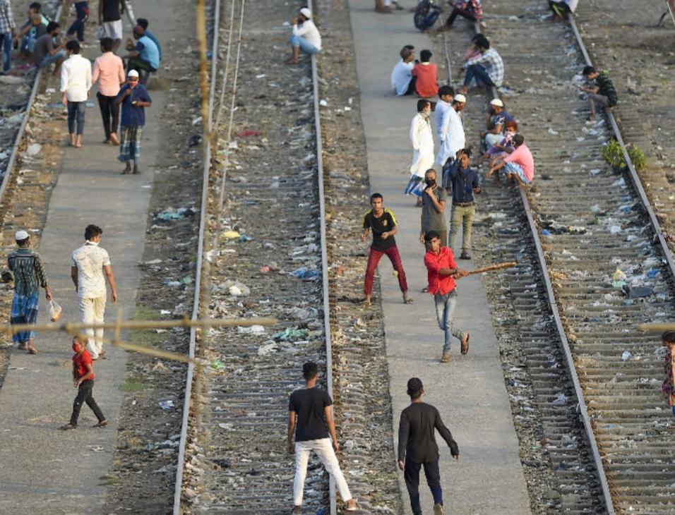 મુંબઇના ચેમ્બુરમાં લોકડાઉન દરમિયાન બાળકો રેલવે ટ્રેક પર ક્રિકેટ રમી રહ્યા છે. મુંબઇમાં સંક્રમણના 22 હજારથી વધુ કેસ સામે આવ્યા છે.