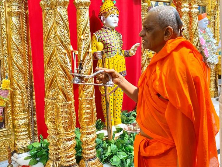 આરતી ઉતારતા આચાર્ય પુરુષોત્તમદાસજી સ્વામી - Divya Bhaskar