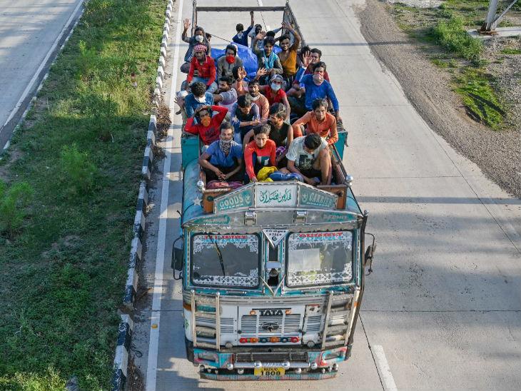 રીવાના ચાક ઘાટથી પસાર થતા પ્રવાસી મજૂર. આ લોકો મુંબઈથી પાછા મધ્યપ્રદેશ ખાતે આવેલા તેમના વતન પાછા ફરી રહ્યા છે.