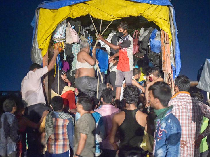 થાણેમાં મુંબઈ-નાસિક હાઈવે પર ટ્રકમાં જગ્યા લેવા માટે ઉત્તર ભારતના અલગ અલગ મજૂરો પડાપડી કરી રહ્યા છે. લોકડાઉનના કારણે તેમની રોજી રોટી છીનવાઈ છે.