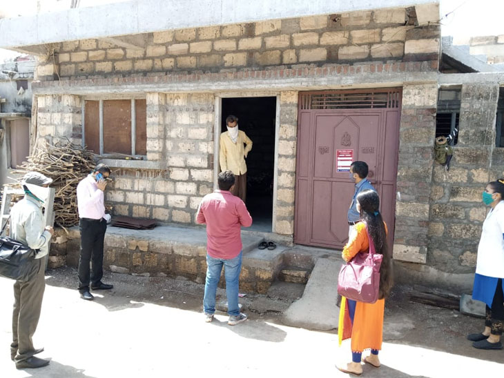 મંડલીકપુર ગામના હોમ ક્વોરન્ટાઇન ઘરની આરોગ્ય વિભાગ ટીમે મુલકાત લઇ સૂચનો કર્યા|જેતપુર,Jetpur - Divya Bhaskar