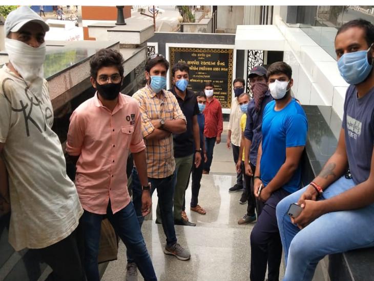 લોહીની અછત ન સર્જાય તે માટે 12 યુવકોના ગ્રુપે બ્લડ બેંકમાં જઈને રક્તદાન કરી માનવતા મહેકાવી સુરત,Surat - Divya Bhaskar
