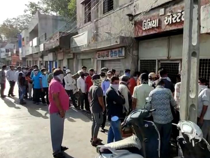 આટલી ઘરાકી દૂધની ડેરી કે કરિયાણાની દુકાનમાં પણ ન જોવા મળે, ગોંડલમાં માવા-બીડી લેવા લોકોએ લાઇન લગાવી|રાજકોટ,Rajkot - Divya Bhaskar