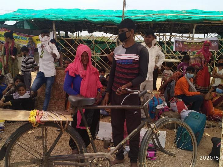 બનારસ તરફ આગળ વધતા એક જગ્યાએ અમને મજૂર આરામ કરતા જોવા મળ્યા. અહીંયા અજીમ મળ્યા. અજીમ મહોબાના રહેવાસી છે. તે ગુડગાવથી પોતાની પત્નીને સાઈકલ પર બેસાડીને ગામે જઈ રહ્યા હતા.