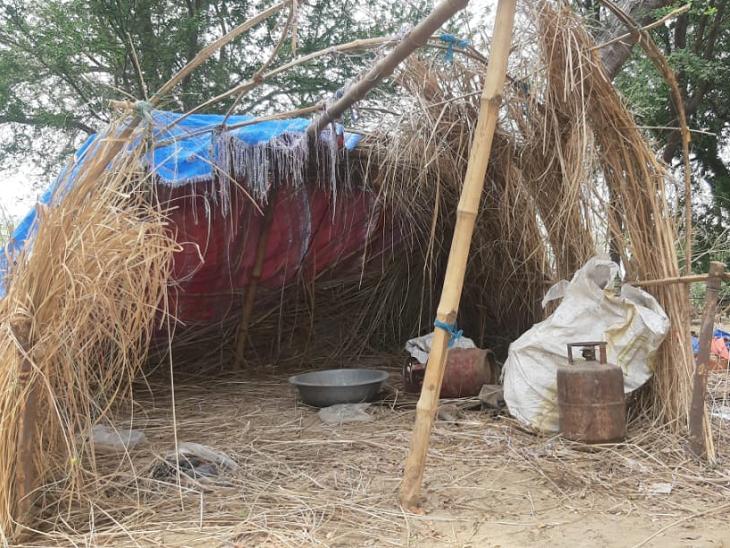 બહારથી આવેલા લોકોએ ક્યાંક નદી કિનારે, ખેતરમાં તો ક્યાંક મસાણમાં પોતાની ઝૂંપડી બાંધી રહ્યા છે. આ ઝૂંપડીમાં તેમને 14 દિવસ માટે ક્વૉરન્ટીનમાં રહેવાનું છે. તસવીર કેથી ઘાટ પર બનાવેયી એક ક્વૉરન્ટીન ઝૂંપડીની છે.