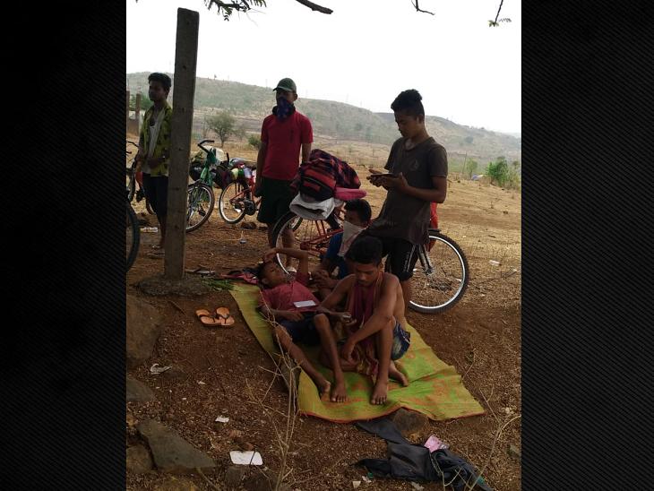 નાસિક હાઈવે પર કસારા ગામમાં ઝાડ નીચે આરામ કરતું એક ટોળું મળ્યું. 29 લોકોના આ ગ્રુપ સાઈકલ લઈને જ આસામ જવા માટે નીકળ્યું છે. સાઈકલ જ્યારે જોવા મળી તો અમે પુછ્યું કે, સાધન ન હતું તો ઘરેથી પૈસા મંગાવ્યા અને 5-5 હજારની સાઈકલ ખરીદી. હવે એનાથી જ રોજ 90 કિમી ચલાવીને ઘરે પહોંચવાનું વિચારીએ છીએ.