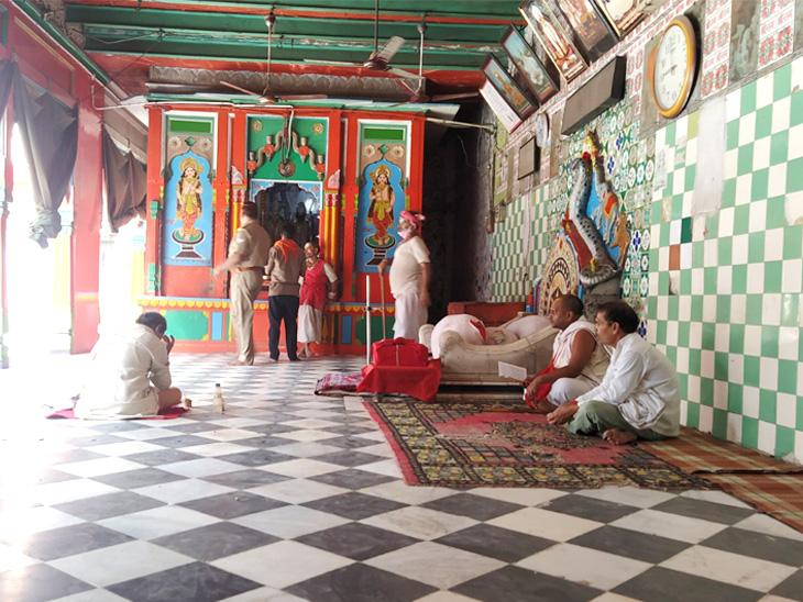 હનુમાનગઢી મંદિર સામે સાયકલ પર જતાં સાધુ. પુરતા કપડાં ભલે ન પહેર્યા હોય, પરંતુ માસ્ક જરૂર પહેર્યું છે.