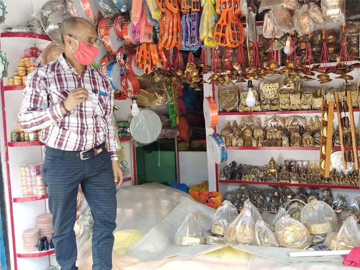 હનુમાનગઢની બાજુમાં હવે થોડીક દુકાનો ખુલી રહી છે, પરંતુ ભક્તો ગેરહાજર છે.