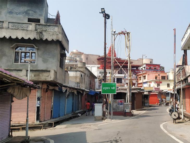 હનુમાનગઢી મંદિરની સામે રસ્તા પર થોડા લોકો જ આવી રહ્યા છે.