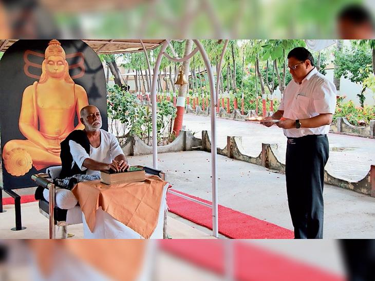 તલગાજરડાની રામ કથામાં મોરારિ બાપુએ ગુરૂ ચરણોની રજના ચાર લક્ષણો વર્ણવ્યા|ભાવનગર,Bhavnagar - Divya Bhaskar