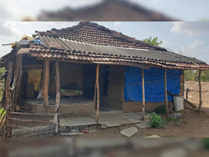 ઝૂંપડામાં બનાવ્યો સ્ટુડિયો, હવે ગરીબ બાળકોને શીખવે છે મફતમાં સંગીત મહુવા (સુરત),Mahuva (Surat) - Divya Bhaskar