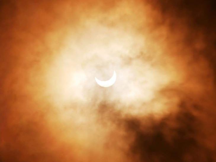 રાજકોટમાં લોકોએ DSLR કેમેરા સાથે ગ્રહણ નીહાળ્યું, વિજ્ઞાન જાથાએ નાસ્તો કરાવી ગેરમાન્યતાઓનું ખંડન કર્યું રાજકોટ,Rajkot - Divya Bhaskar