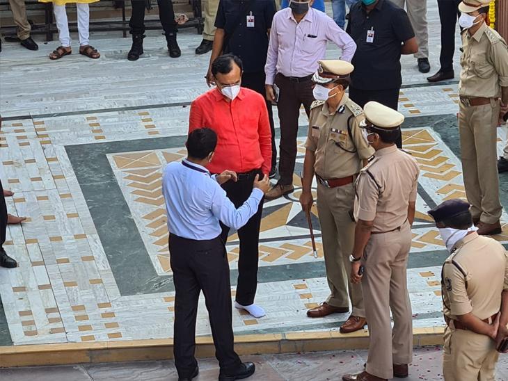 30 મિનિટથી ગૃહ રાજ્યમંત્રી અને મહંત દિલીપદાસજી અને પોલીસવડા વચ્ચે બેઠક ચાલી છે