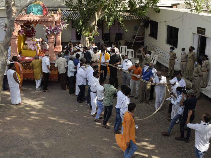 જગન્નાથ મંદિર પરિસરમાં જ નીકળી રથયાત્રા|રાજકોટ,Rajkot - Divya Bhaskar