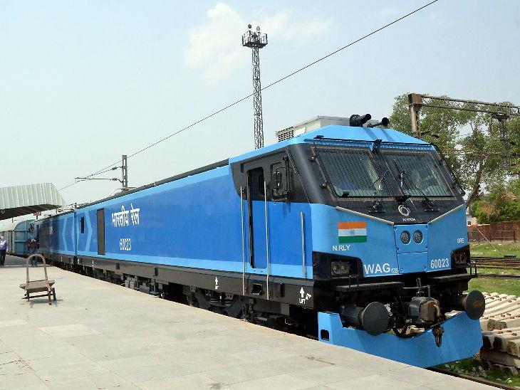 આ ફોટો 10 જૂનનો છે. ઉત્તરપ્રદેશના આગ્રા રેલવે સ્ટેશન પર લોકોમોટિવ ક્લાસના એન્જિનનું ઉદ્ઘાટન કરવામાં આવ્યું હતું. આ સૌથી શક્તિશાળી એન્જિન છે. હવે ભારતીય રેલમાં તેનો ઉપયોગ કરવામા આવશે. - Divya Bhaskar