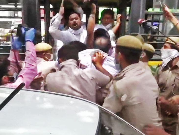 કોંગ્રેસ કાર્યકરોને બસમાં લઇ જતી પોલીસ