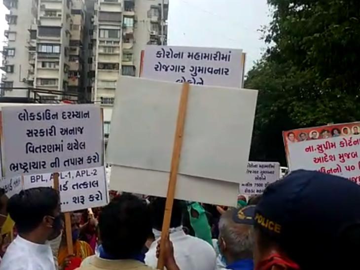રાશન મુદ્દે ક્લેક્ટર કચેરીએ મોરચો લઈને પહોંચેલા દલિત સમાજના 100 લોકોની અટકાયત કરાઈ|સુરત,Surat - Divya Bhaskar