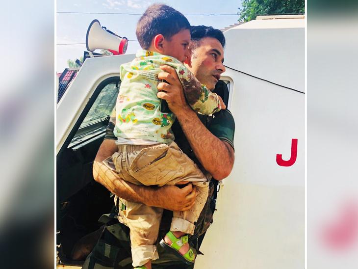 જવાને બાળકને ગાડીમાં બેસાડ્યો