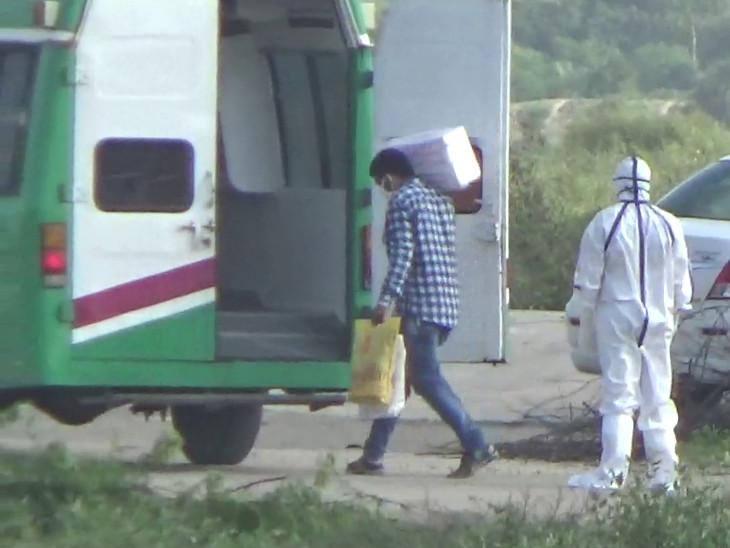 અમદાવાદ એરપોર્ટ પરથી ભાગેલા કોરોના પોઝિટિવ યુવકની દીવની તડ ચેકપોસ્ટ પર અટકાયત|જુનાગઢ,Junagadh - Divya Bhaskar