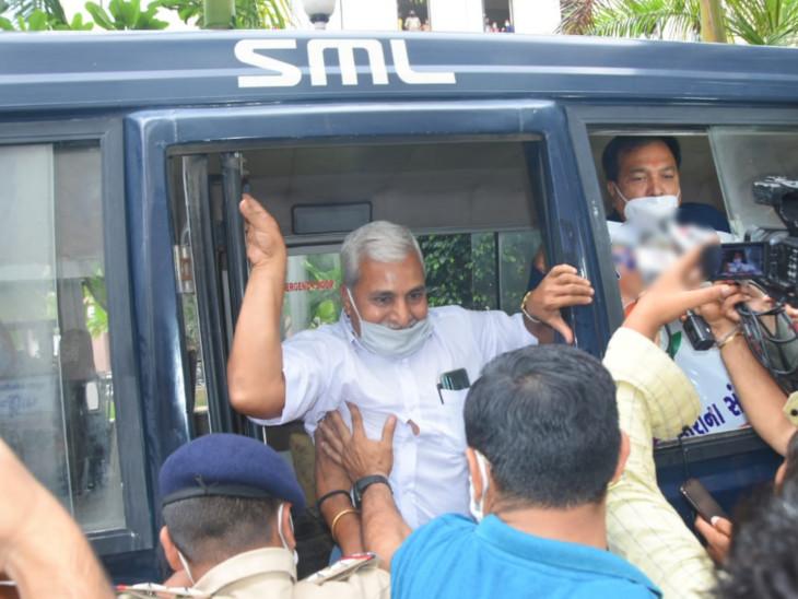 કોરોના પોઝિટિવ દર્દીઓના નામ જાહેર ન કરાતા કોંગ્રેસનો હોબાળો, વિપક્ષ નેતા વશરામ સાગઠિયા ઉપવાસ કરે તે પહેલા જ અટકાયત|રાજકોટ,Rajkot - Divya Bhaskar