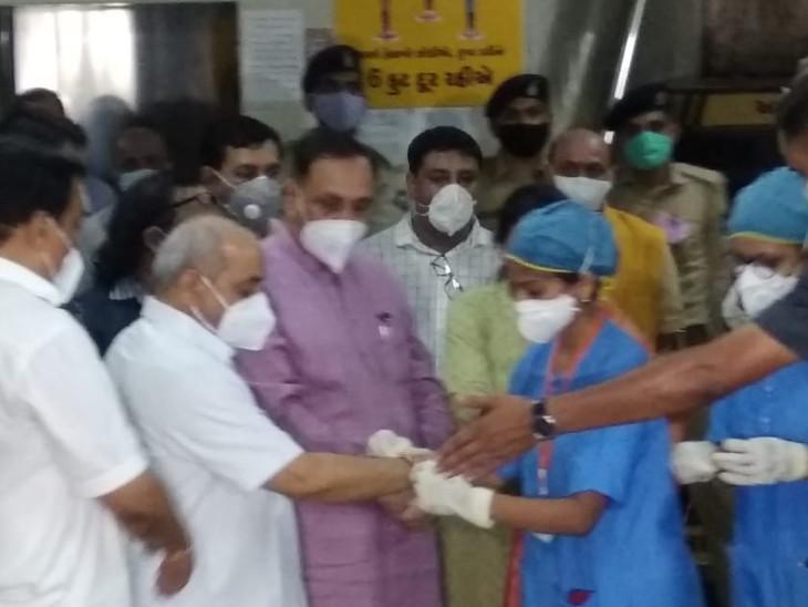 સુરતમાં રક્ષાબંધન નિમિત્તે CM, DyCMને નર્સે રાખડી બાંધી, પરંતુ સોશિયલ ડિસ્ટન્સિંગ ભૂલાયું|સુરત,Surat - Divya Bhaskar