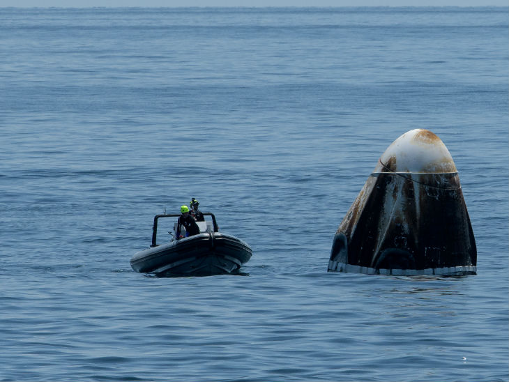 કંઈક આવી રીતે કેપ્સૂલની નજીક નાસાની ટીમ પહોંચી. આખી તપાસ પછી સ્પેસક્રાફ્ટને બહાર કાઢવાનું કામ શરૂ કરાયું