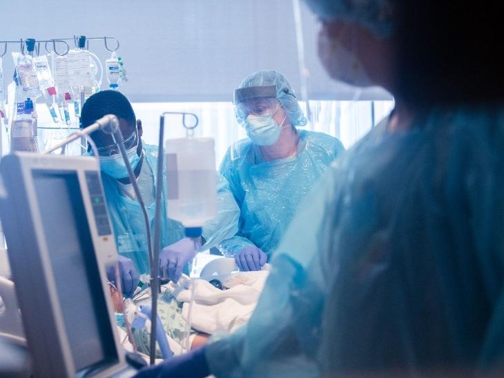 નોર્થવેસ્ટર્ન મેડિસિનમાં કોરોના વાઇરસ ICUમાં દાખલ માયરા રામિરેઝ. તસવીર મે મહિનાની છે.
