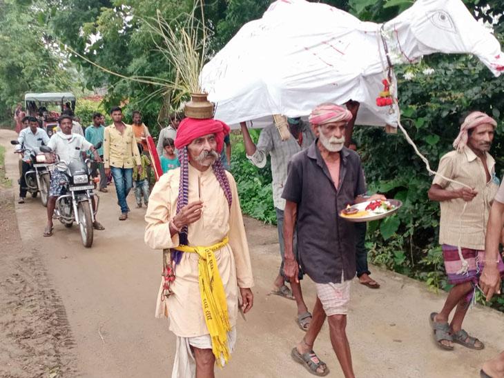 તેજગઢના સામે કાંઠાના આદિવાસીઓ દ્વારા ઉંટડી કાઢીને મેઘરાજાને રિઝવવા માટે પ્રયાસ હાથ ધરાયો - Divya Bhaskar