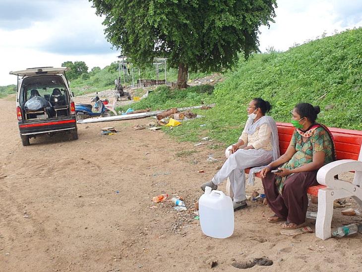 મૃતદેહના અગ્નિદાહ માટે કોવિડ સ્મશાન ખાતે 2 કલાક સુધી પરિવારજનોએરાહ જોવી પડી હતી - Divya Bhaskar
