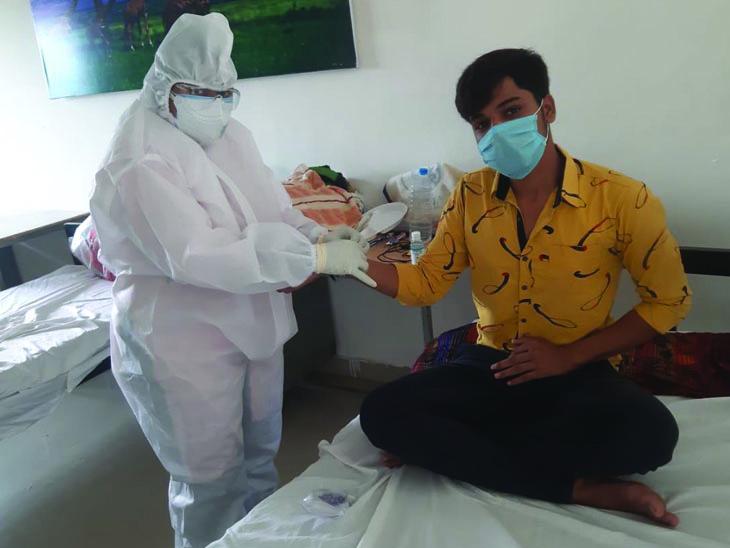 દાહોદમાં કોવિડ સેન્ટરમાં મહિલા તબીબોએ PPE કિટ પહેરી દર્દીઓને રાખડી બાંધી રક્ષાબંધન ઉજવી - Divya Bhaskar