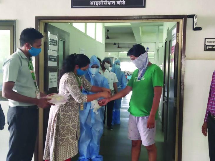 કોરના વોરીયર્સને રાખડી બાંધી વિદ્યાર્થીઓએ આભાર માન્યો|વડોદરા,Vadodara - Divya Bhaskar