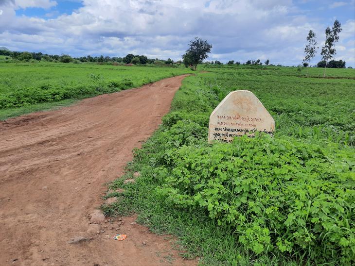 થોડા સમય અગાઉ બનાવાયેલો રસ્તો સામાન્ય વરસાદમાં જ ધોવાઇ જતાં લોકોને મુશ્કેલી પડી રહી છે. - Divya Bhaskar