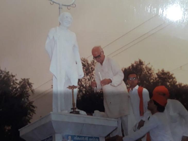 લાલકૃષ્ણ અડવાણી ગોંડલમાં ગાંધીજીની પ્રતિમા પાસે મીણબત્તી કરી હતી