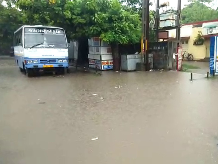 રાજકોટમાં 1 કલાકમાં 1 ઇંચ વરસાદ, ગોંડલમાં સાંબેલાધાર વરસાદ, ઉપલેટમાં ભારે વરસાદને કારણે મકાનના બે ભાગ થયા, તસવીરો|રાજકોટ,Rajkot - Divya Bhaskar
