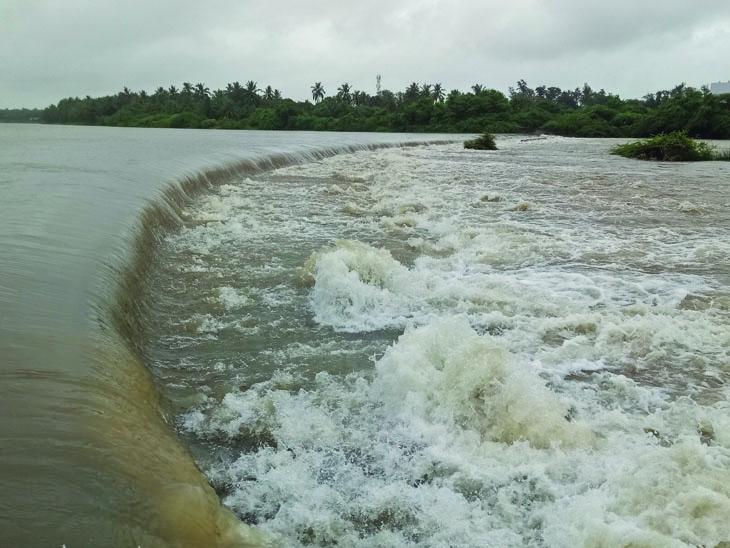 હિરણ નદીમાં પુર - Divya Bhaskar